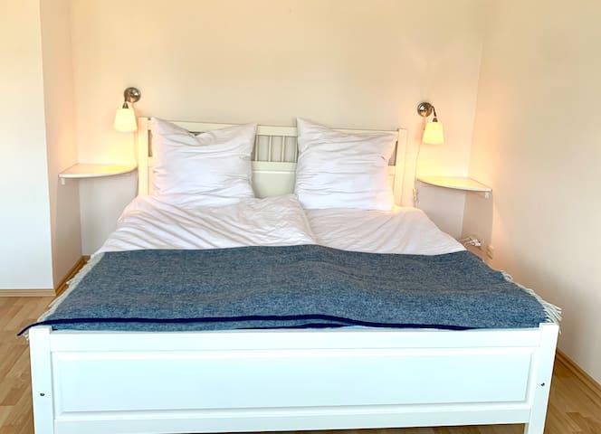 Das zweite Schlafzimmer mit Meerblick und viel Platz im vorderen Bereich.