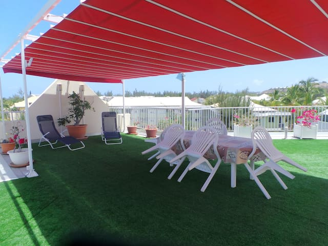 La terrasse et sa tenduepliable, à partager avec les autres occupants et nous