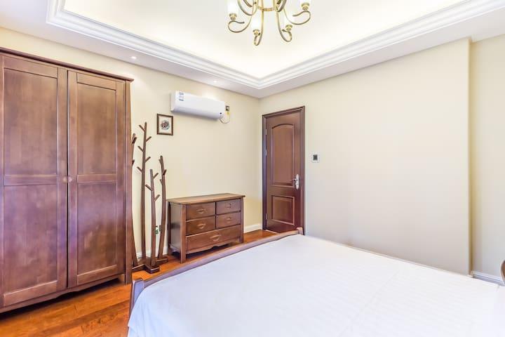 主卧1.8✘2米双人床,全套联邦实木高档家具,带大阳台,很温馨舒适呦。