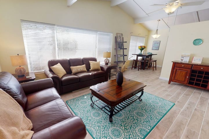 Available for 2021 Season! 5 Minute Walk to Crescent Beach, WiFi, Siesta Key Duplex, Pool