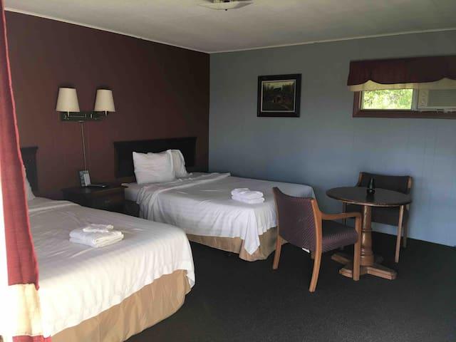 2 Queen beds room 5 log cabin motel