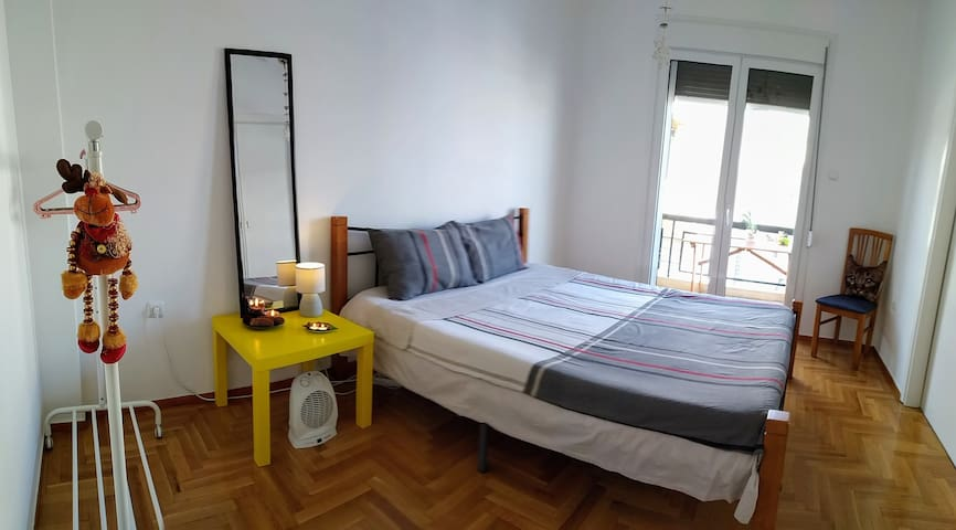 20' from Acropoly, cosy room with double bed