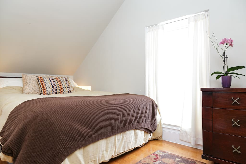 Comfy Queen bed and linens