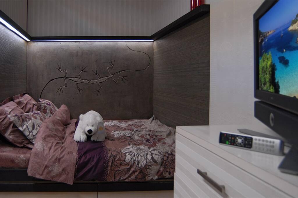 Двуспальная кровать с подсветкой и настенной росписью, ЖК телевизор