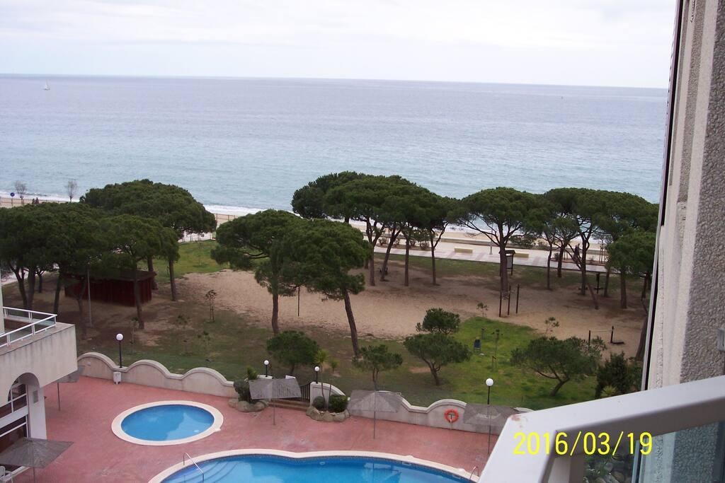 Vista desde la terraza.piscinas, zona verde y playa