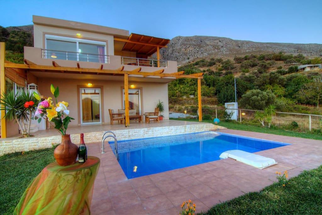 Villa despina 2 ville in affitto a grecia for Piani casa bungalow 4 camere da letto