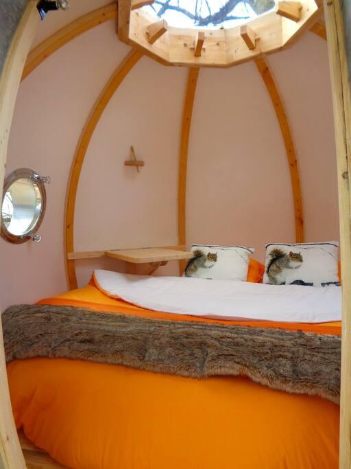 à l'intérieur, un lit rond de 2m15 de diamètre !