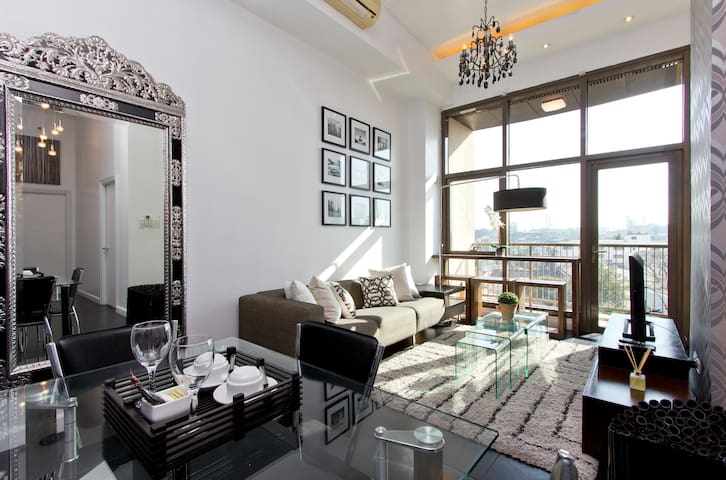 Rockwell's Sophisticated 2 Bedroom - Makati - Apartment