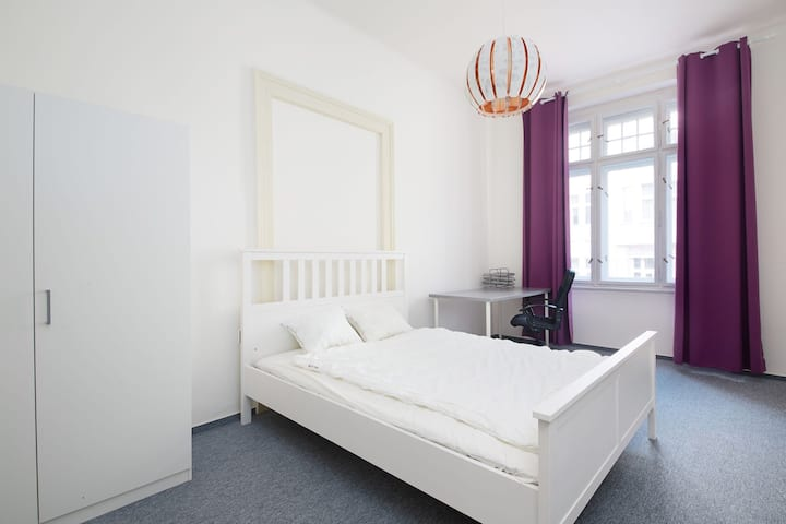 Nice room near city centre with welcomingflatmates