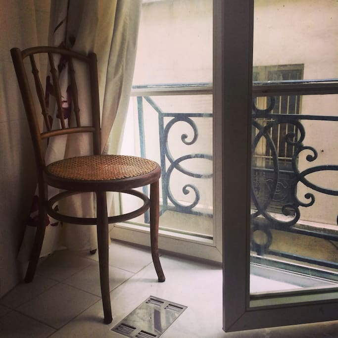 You can enjoy the fresh air from the balcony. / vous pouvez profiter le balcon.