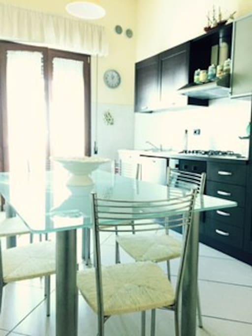 Spaziosissima Cucina dove 6 persone possono trovare posto comodamente