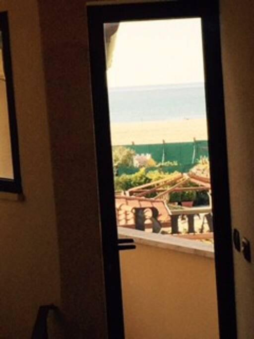 Vista mare dal piccolo terrazzo di servizio.