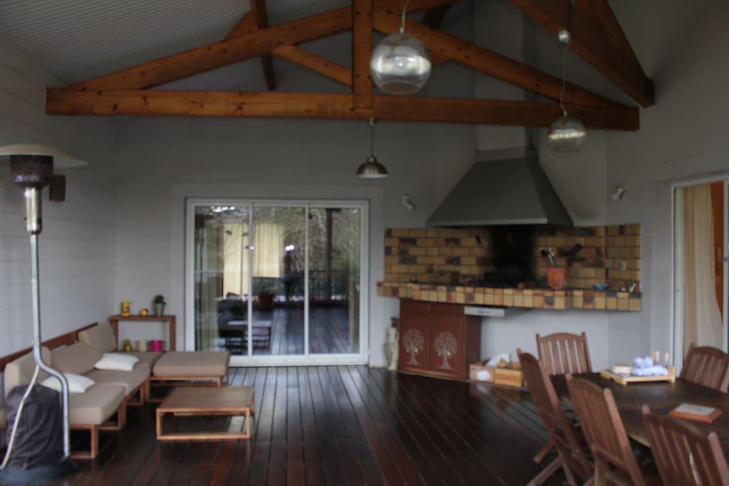 Terrasse couverte avec barbecue intégré