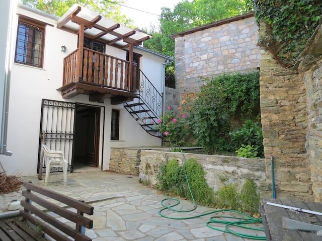 Courtyard Suite, Trianda Filia, Ayios Lavrendios.