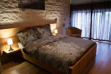 Chambre L'eau, petit déj inclus /jacuzzi/massages - Charensat - Bed & Breakfast