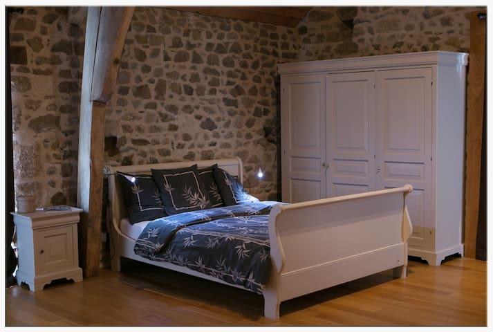 Chambre Le Bois, petit déj incl /jacuzzi/massages - Charensat - ที่พักพร้อมอาหารเช้า