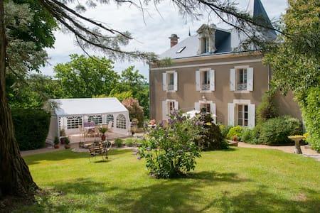 CHAMBRES de charme piscine couverte - Mareuil-sur-Lay-Dissais - Bed & Breakfast