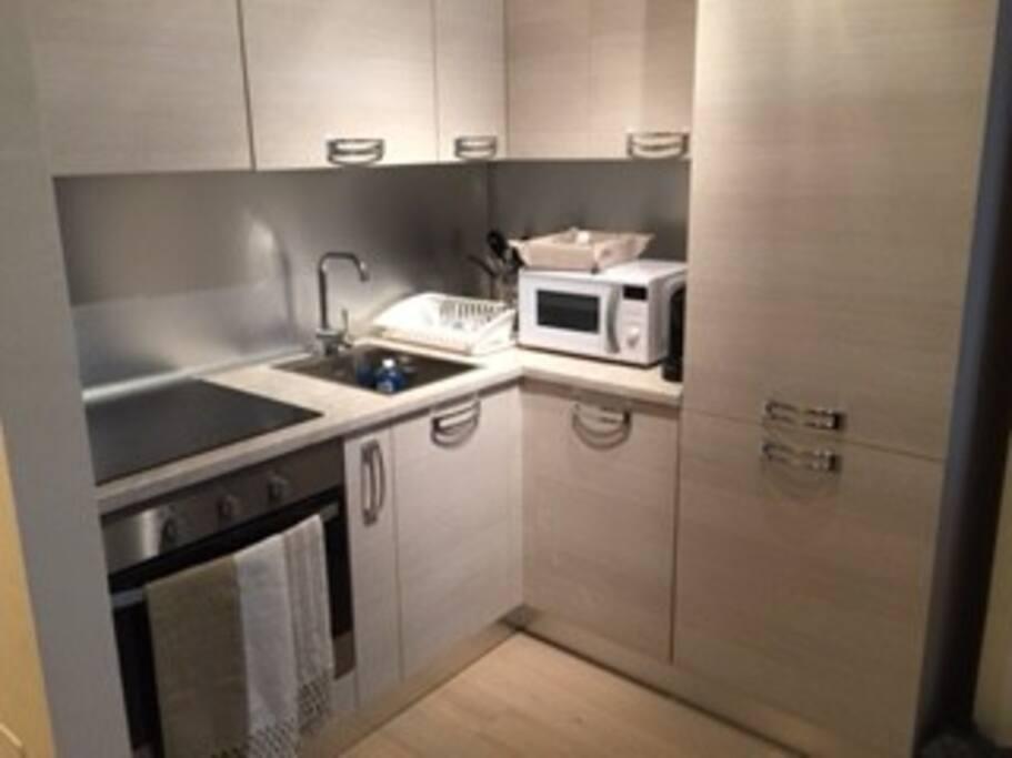 Angolo cottura: piano a induzione, forno, microonde frigo e freezer