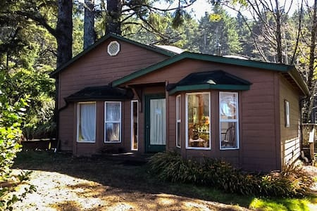 Cozy Coastal Yachats Cabin on 101 - Yachats