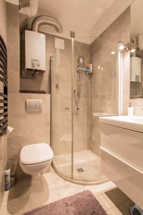 Bathroom with shower / Łazienka z prysznicem