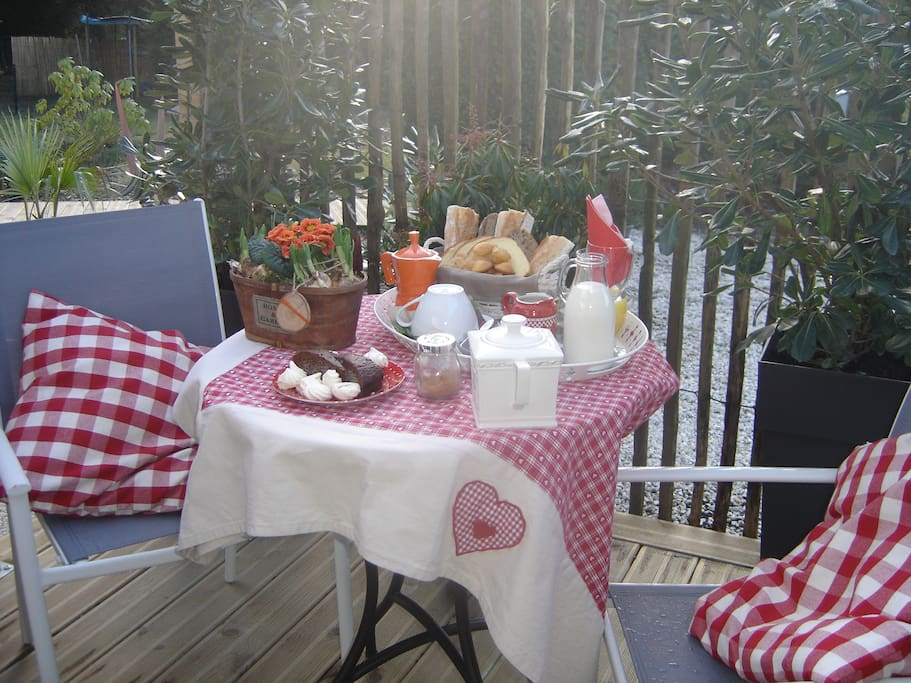 Petit dejeuner sur la terrasse privative