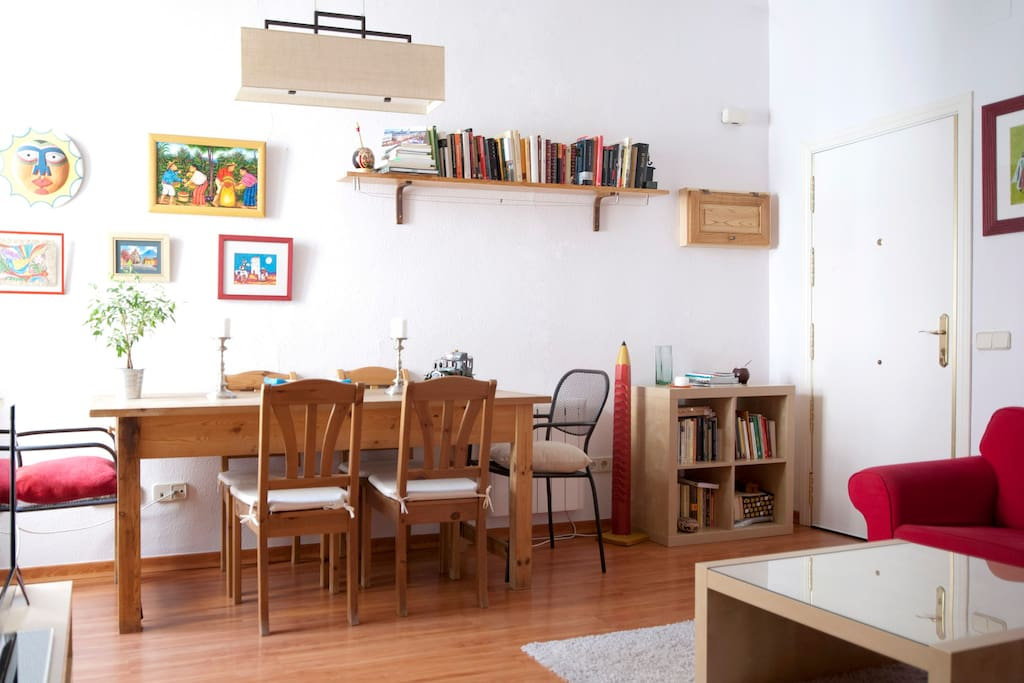 La mesa y sillas de comedor, en el salón!!!
