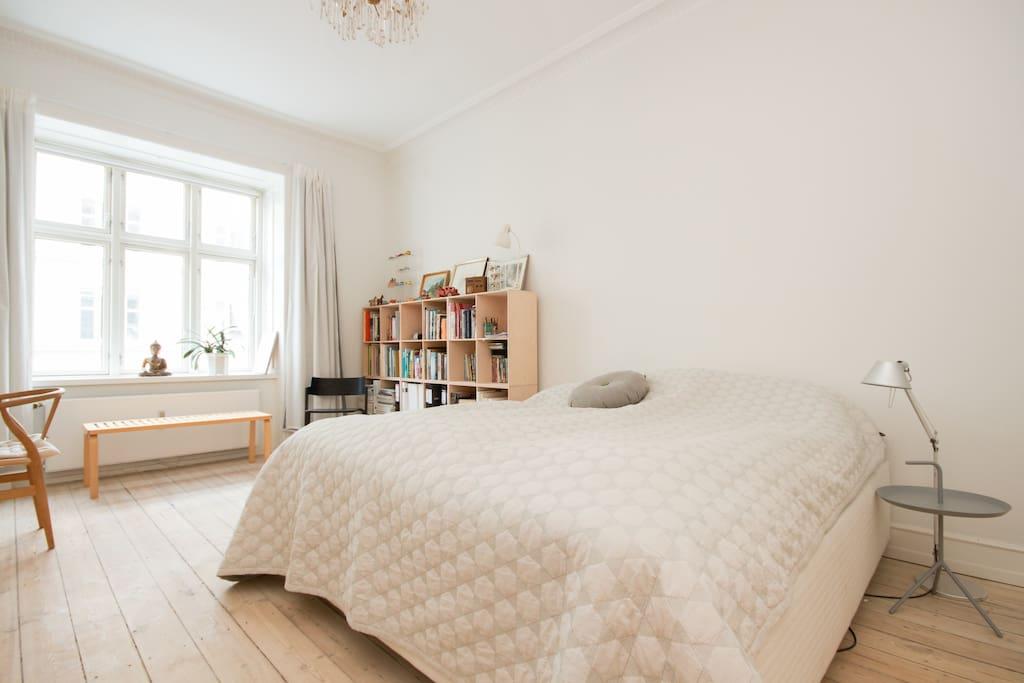 Soveværelse med stor dobbeltseng