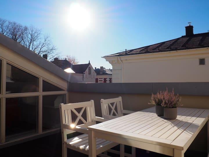 Flott loftsleilight med sørvendt terrasse