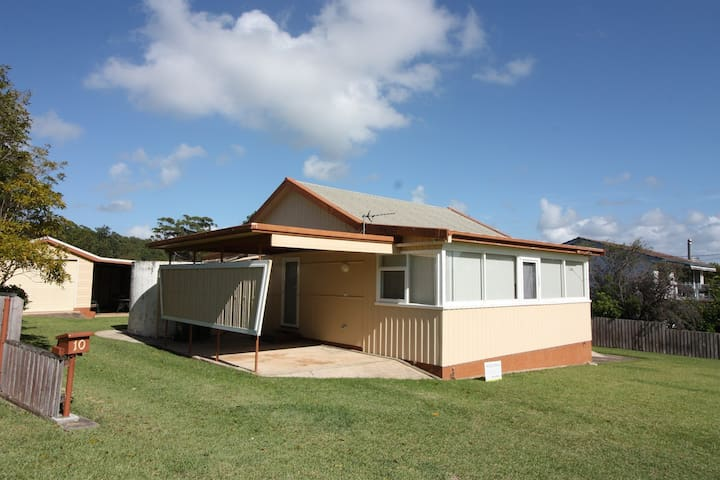 Bendalong Bungalow situated opposite Washerwomans Beach Reserve. Linen provided.