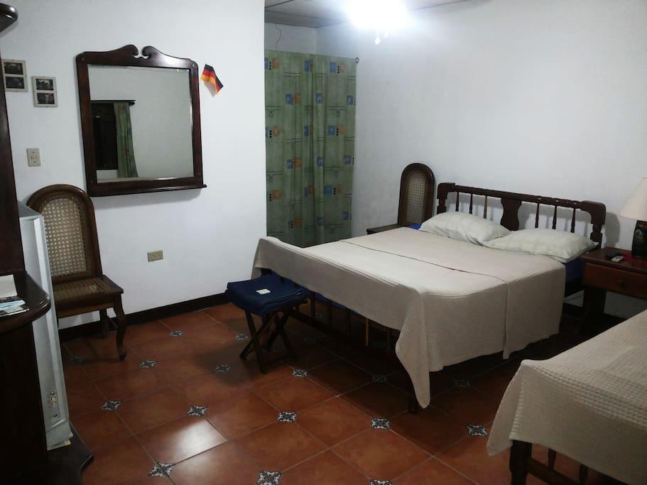 Zimmer N°2 mit Klimaanlage, Deckenventilator, 2 Betten, eigenes Badezimmer (52m²)