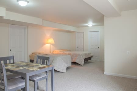 Walkin basement apartment full Bath - Woodbridge - Hus