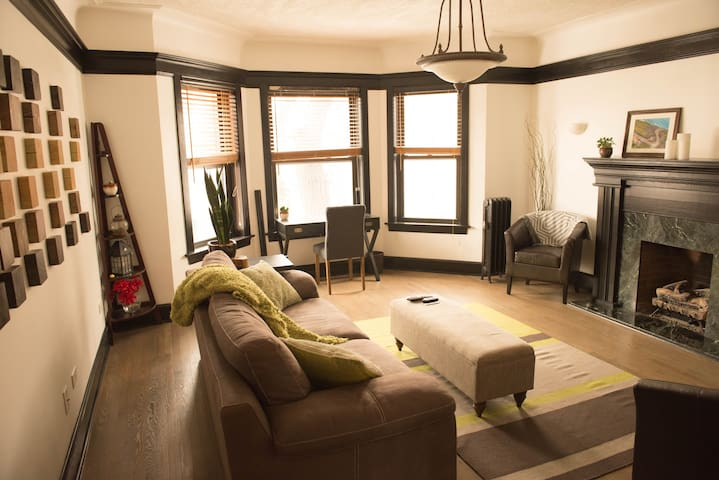 Stylish Lincoln Park 2BR w/patio