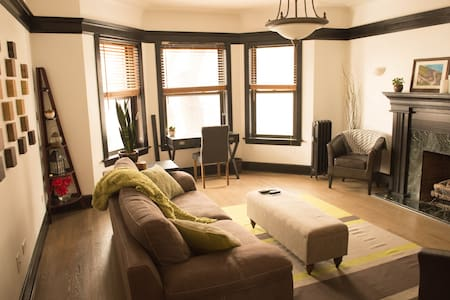 Stylish Lincoln Park 2BR w/patio - Chicago
