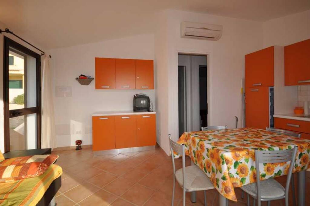 porta d'ingresso e cucina-soggiorno