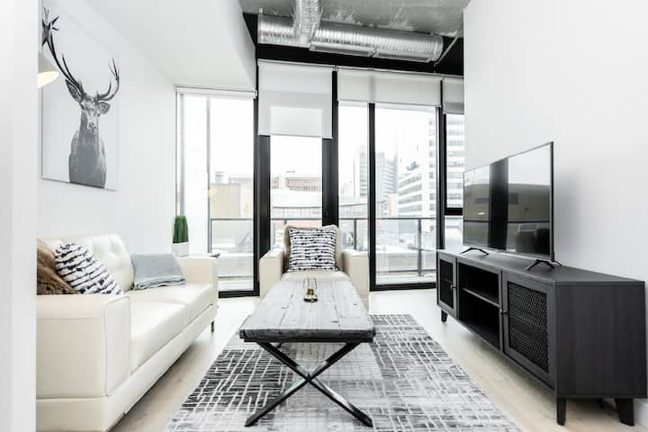 2 Bdr | Downtown Modern Space | King Bed + Parking