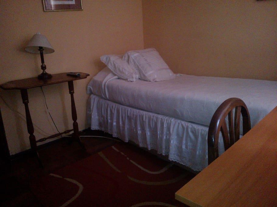 Habitación 1 con cama  persosal