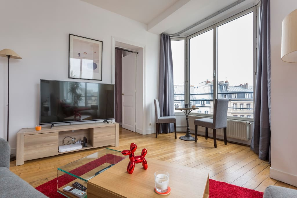 Very bright and cosy Living room, with an amazing view of Paris. Big 3 meters sofa.