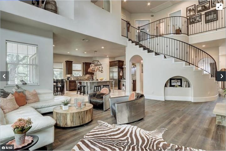 Luxury Mansion with Pool in Downtown Austin