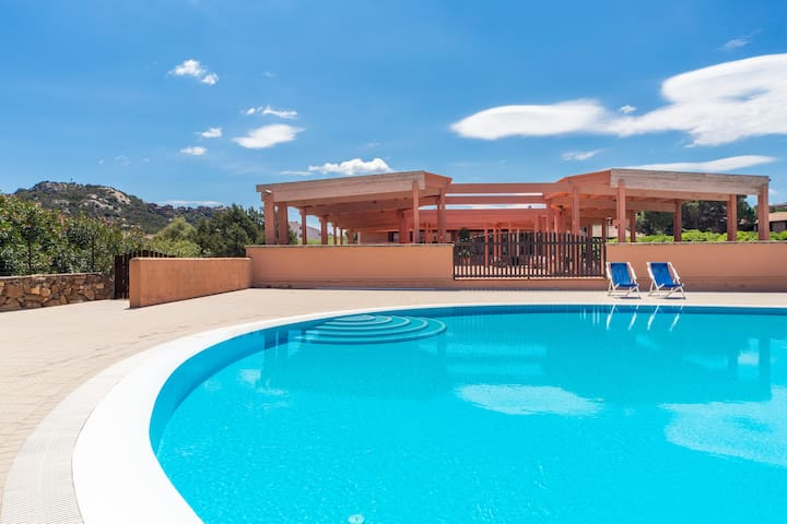 Bright Holiday Apartment with Wi-Fi and Pool, Close to the Beach
