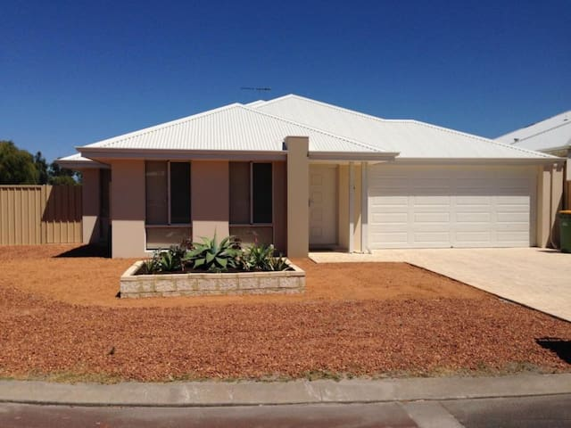 4 x 2 House Brand new Fully furnish - Busselton - House