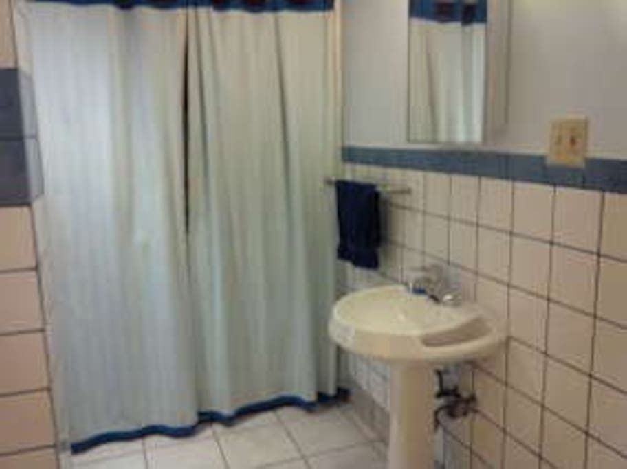 Very big Bathroom with dryer and washer machine!!