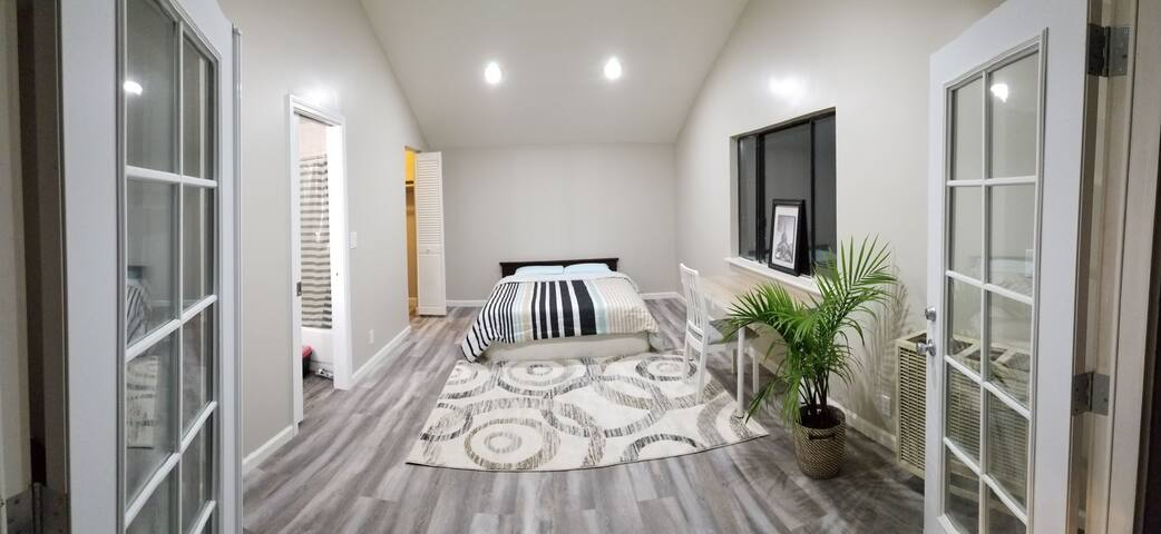Independent Spacious Room Walk to Face_Book