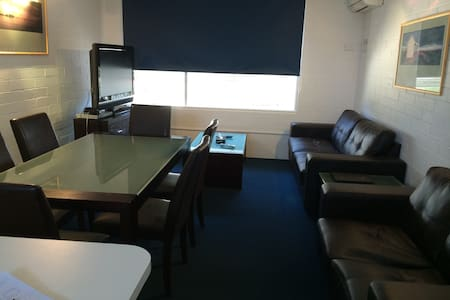 Spacious Self Contained Apt in Superb Location - Essendon