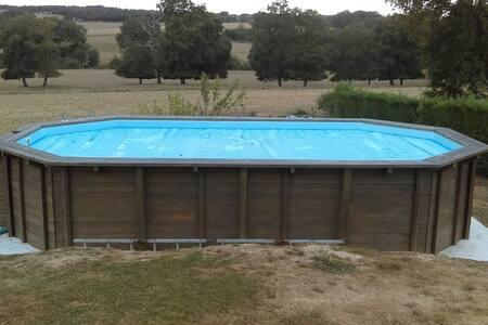 chambre dans maison moderne avec piscine