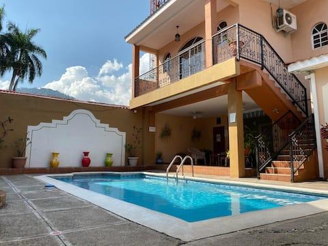 Renset loft med queensize-seng, pool og centreret