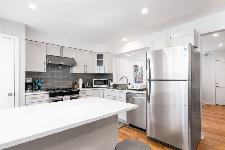 Luxe Renovated Modern 3bd/1ba Apt- Mt. Prospect