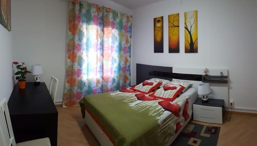 Уютная и просторная комната рядом с метро. - Barcellona - Appartamento
