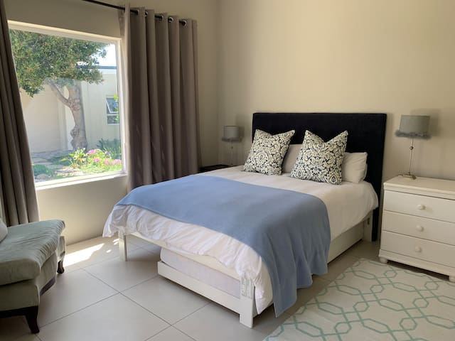Cottage main en-suite bedroom - queen bed