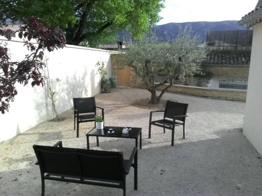 Petit coin secret vue sur le Petit Luberon et l'olivier. A droite vous devinez la piscine