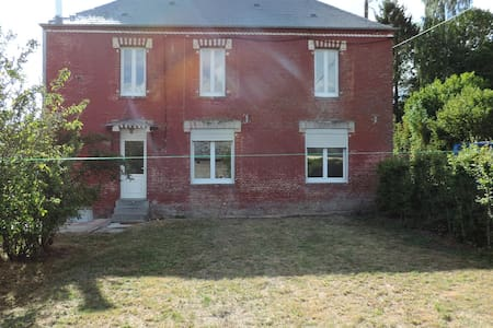 A l'entrée de Cuiry, een Huis met een uitzicht